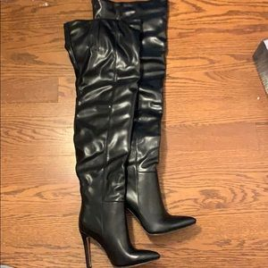 Pretty little things Black leather boots